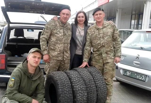 Волонтер с военными
