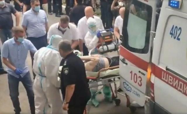 Тяжелого пациента с трудом доставили в больницу /