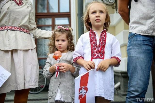 На митинг под театр в Минске пришли даже с детьми