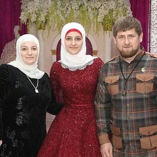 Айшат с отцом Рамзаном Кадыровым и матерью Медни Кадыровой