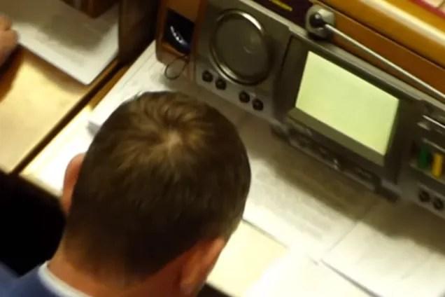 Нардеп обирав яхту на засіданні Ради: відеофакт