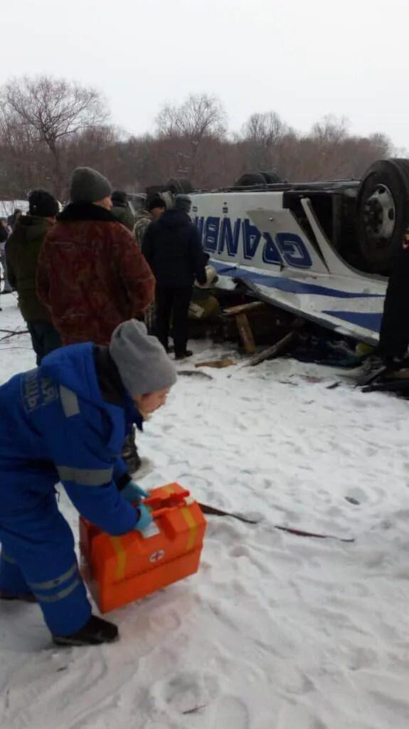 У Росії пасажирський автобус впав на кригу. Багато жертв