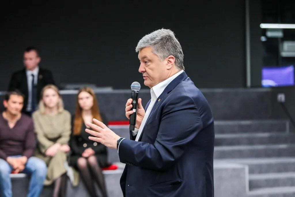 """Петро Порошенко під час зустрічі з """"блогерами-порохоботами"""""""
