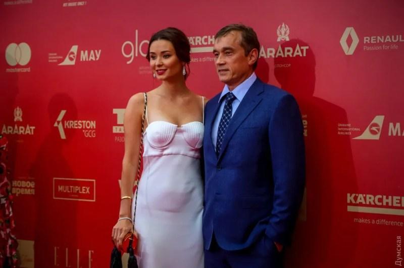 Дружина мільйонера Василя Хмельницького скромно прикрила свої молюски мушлями