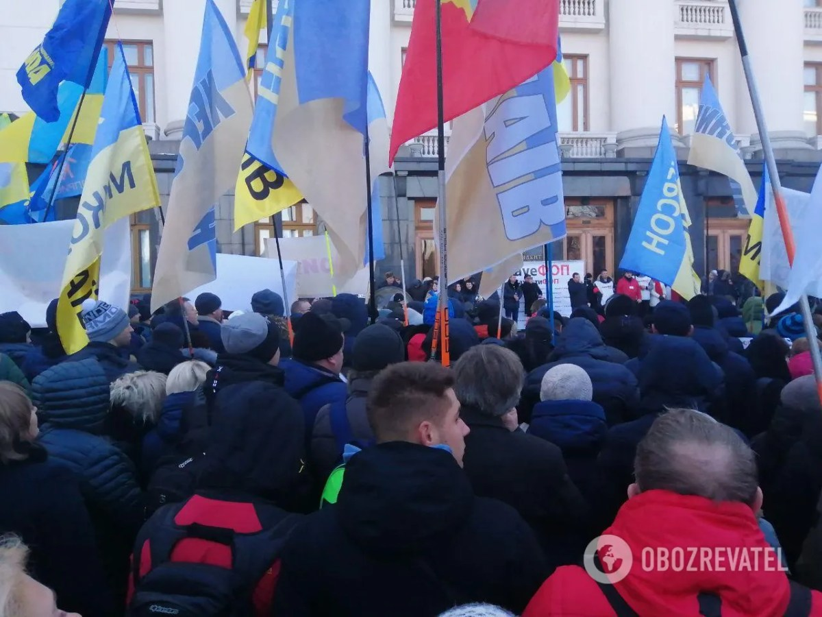 В Киеве под Офисом президента люди собрались на массовые митинги