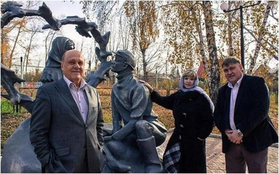 Владимир Меншов өзінің әйгілі комедиясының батырларына ескерткіштің жанында