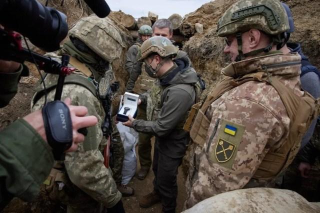 Зеленский вручил украинским защитникам ценные подарки