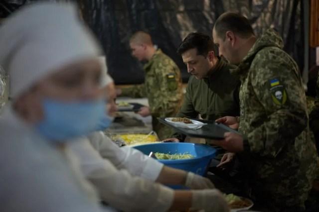 Глава государства пообедал в солдатской столовой