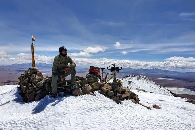 Українець на велосипеді підкорив вулкан висотою більш, як 6000 м. Немовірні фото й відео