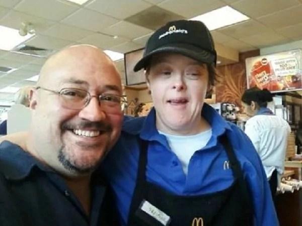 Empleada de McDonald's con síndrome de Down se retira después de 32 años de trabajo