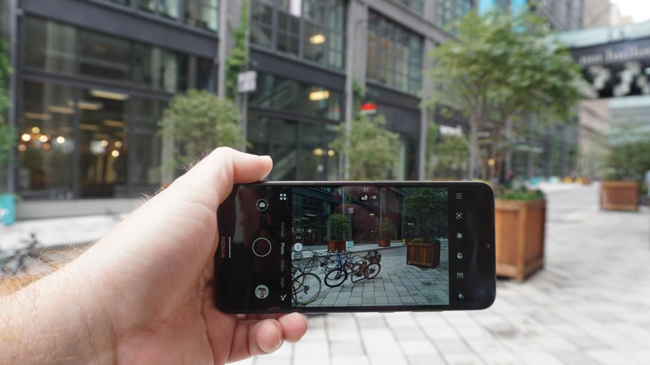 Человек, держащий Nokia 5.3 с открытым видоискателем