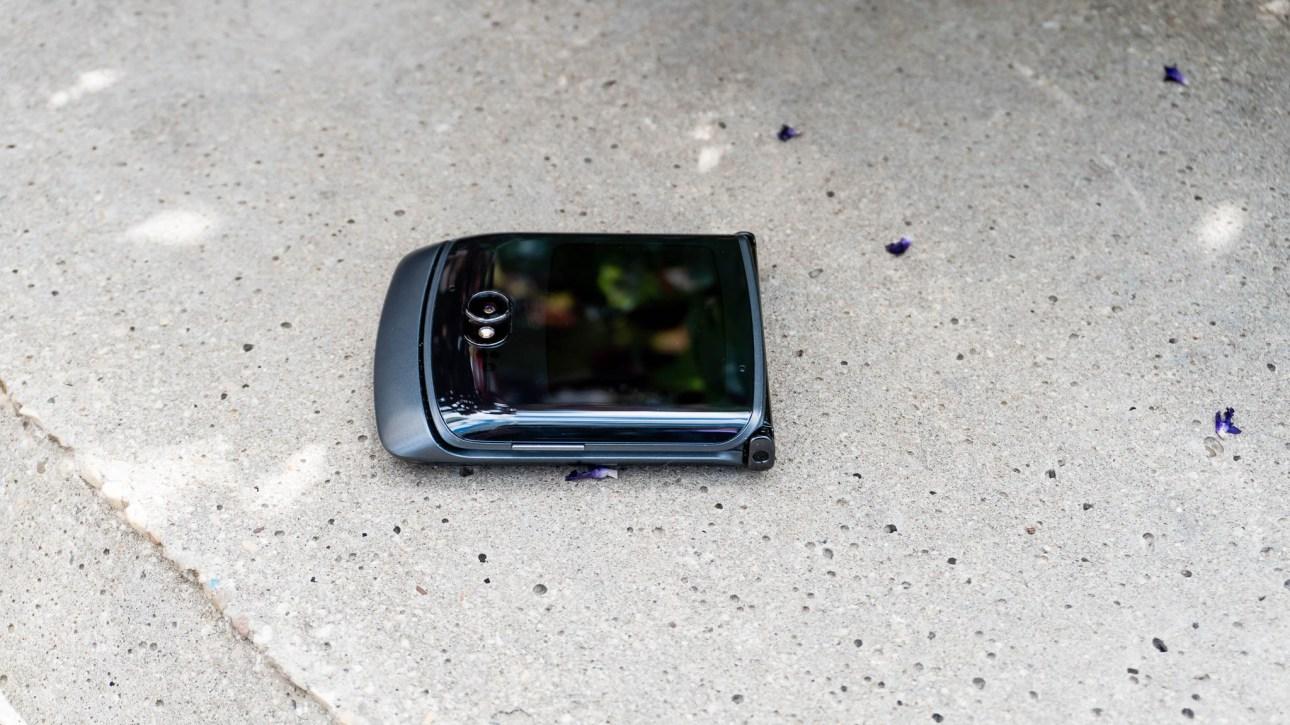 Razry 5G сидит под углом в сложенном виде