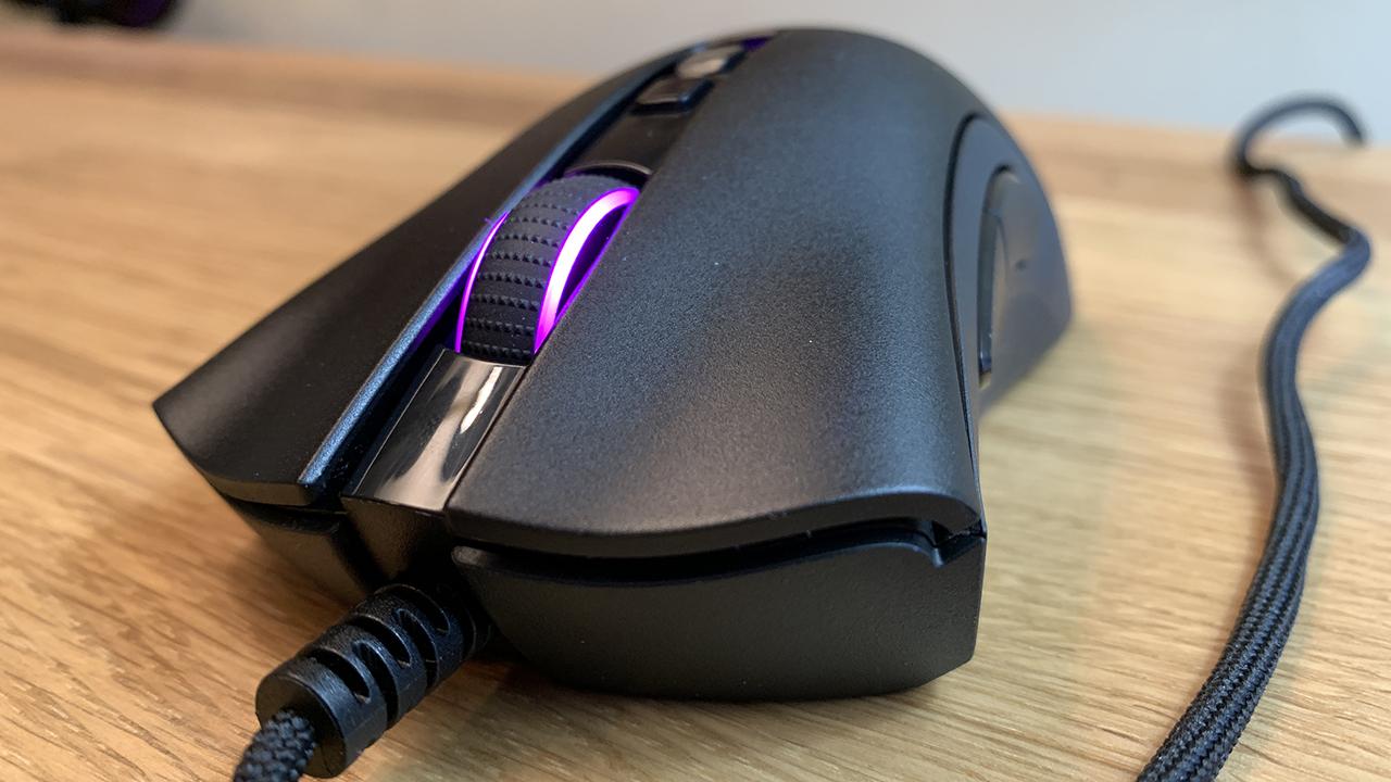 Игровая мышь Razer Deathadder V2 на передней панели