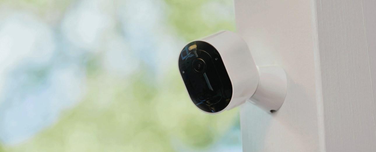 Arlo Pro 4 Прожекторная камера