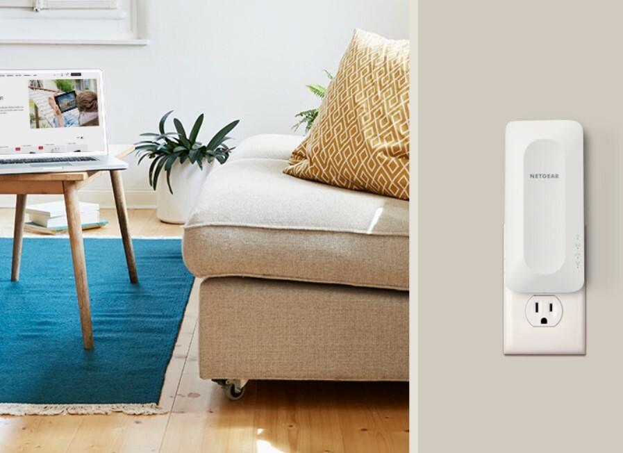 Netgear AX1800 Wi-Fi 6 Mesh Extender (EAX15), подключенный к розетке