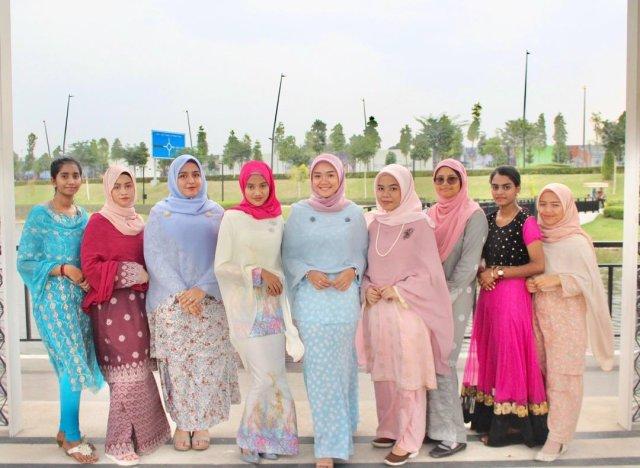 Rakan sekelas bergambar bersama-sama dengan baju inspirasi Tunku Azizah