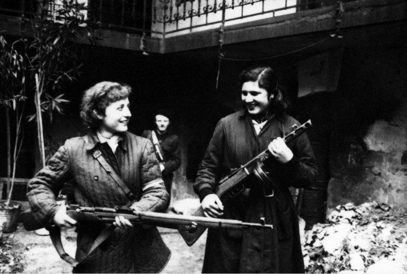 Wittner Mária és Sticker Katalin 1956 októberében, dicsőséges szabadságharcunk napjaiban. Sticker Katalint kivégezték.