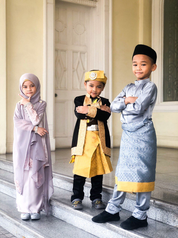 kanak-kanak memakai busana diraja