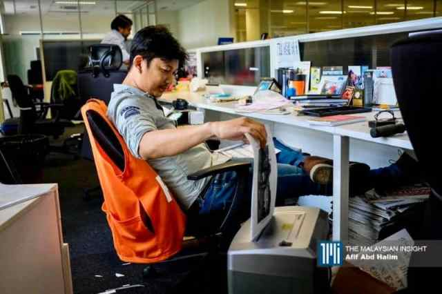 foto pekerja utusan kosongkan pejabat