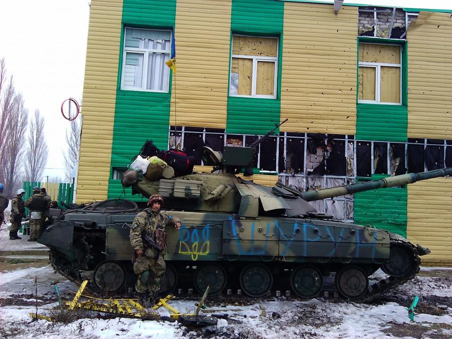 Az ukrán hadsereg rendszeresen fosztogat a Donbassz elfoglalt településein. Külön postai szolgáltatás létezik a zabrált holminak a hátországba történő szállítására. Ugyancsak külön autópiacon értékesítik a Donbasszban elkötött járműveket.