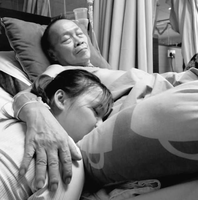 lelaki tua dengan anaknya di katil hospital