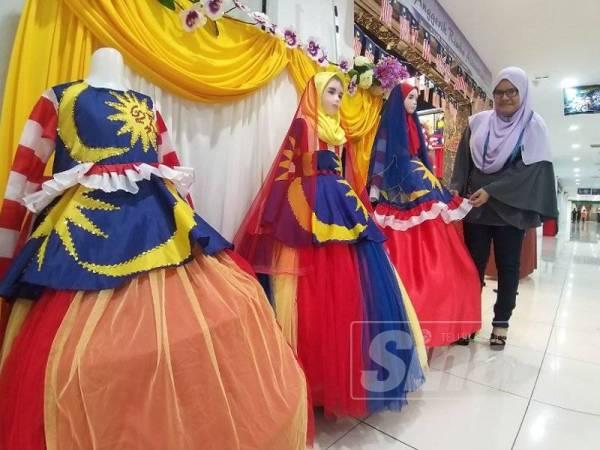 Mahani Udit.30 mencipta baju hari patriotik.