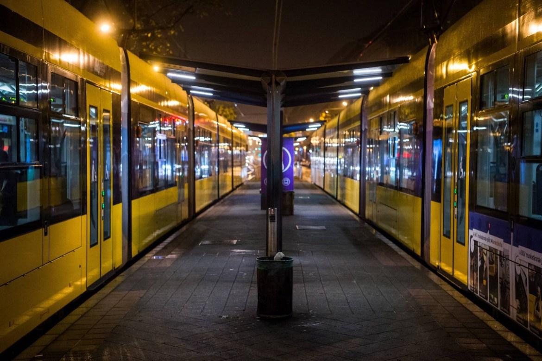Budapest, 2020. november 13. Üres villamosmegálló Budapesten, az Oktogonon 2020. november 12-én, késő este. A koronavírus-járvány második hulláma miatt november 11. óta este 8 és hajnali 5 óra között kijárási tilalom van érvényben Magyarországon. MTI/Balogh Zoltán