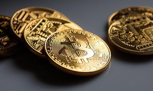 Bitcoin berlatarkan warna kelabu