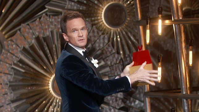 Neil Patrick Harris showing a magic trick at The Oscars