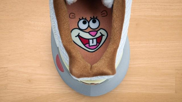 Rekaan watak Sandy pada bahagian dalam tapak kasut