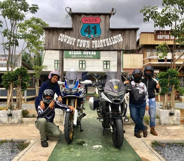 sekumpulan bikers bergambar di hadapan route 41 cafe
