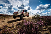 Fernando-Alonso-tests-Toyota-Hilux-with-Dakar-veteran-Marc-Coma