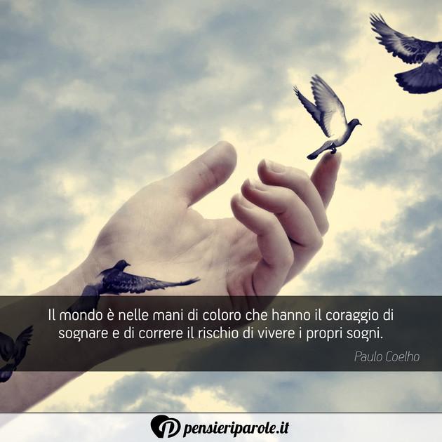 Immagine con frase sogno di Paulo Coelho  Il mondo  nelle mani di coloro che hanno il