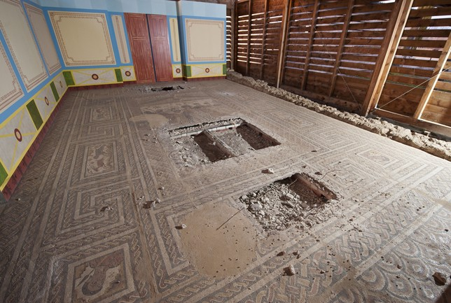 La escena central de este mosaico romano, sito en la localidad burgalesa de Baños de Valdearados, desapareció en un «trabajito» de una banda.  Ricardo Ordóñez (Ical)