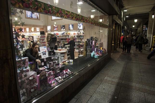 Los establecimientos adornan sus espacios para captar la atención de los clientes.  Óscar Navarro
