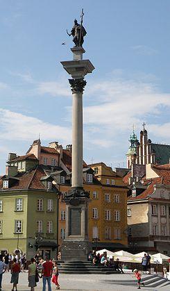 Kolumna Zygmunta III na Placu Zamkowym w Warszawie to jeden z najbardziej charakterystycznych zabytków stolicy. Król z wielkim krzyżem i mieczem dobrze oddaje politykę monarchy