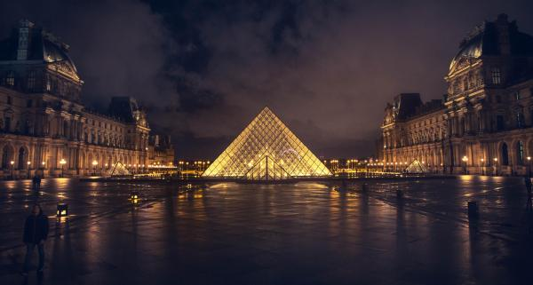 Visit Pyramide Du Louvre Late Cold Rainy Night And