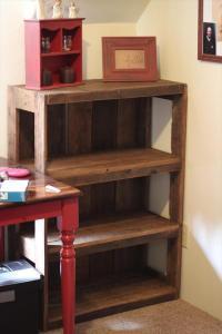13 Budget-Friendly DIY Pallet Shelves And Racks - Shelterness