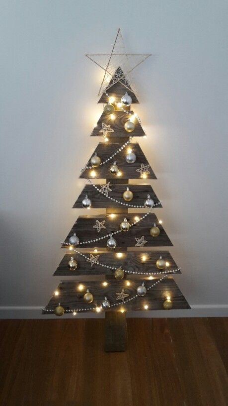 26 Creative Pallet Christmas Trees With Decor Ideas