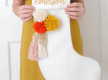 DIY felt stockings with colorful pompoms (via www.newblooming.com)