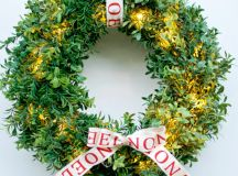 DIY faux boxwood Christmas wreath with lights (via www.pastelsandmacarons.com)