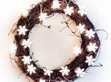 DIY twinkle light Christmas wreath (via www.shelterness.com)