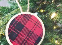 DIY buffalo plaid Christmas ornaments (via www.birkleylaneinteriors.com)