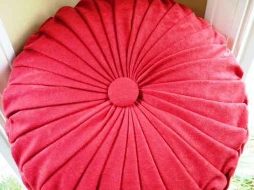 Cool DIY Round Pintuck Pillow  Shelterness