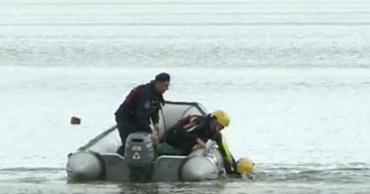 Рыбак ловил рыбу на берегу местного озера с несколькими мужчинами.