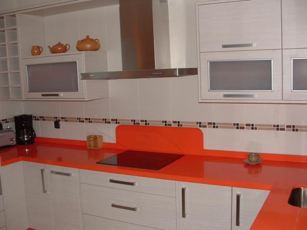 Cocina blanco mate con encimera naranja  COCINAS GUADIX