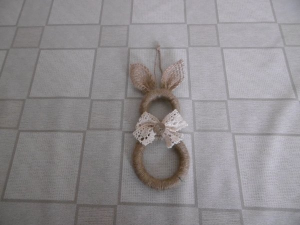 un lapin avec des anneaux de rideaux en