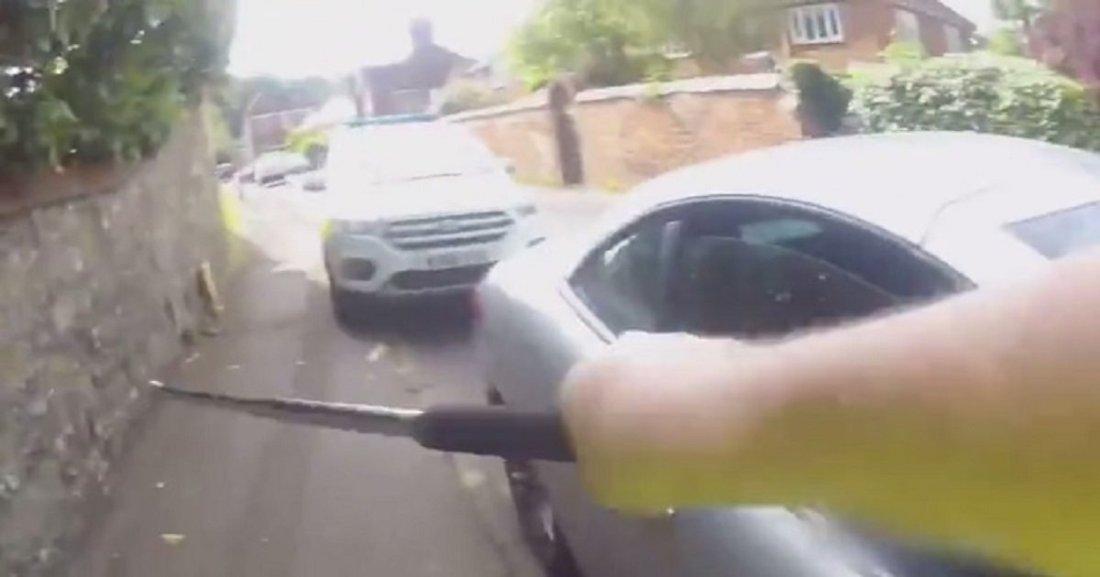 p3 2.jpg?resize=1200,630 - Un policier a brisé une fenêtre de voiture pour secourir un chien enfermé à l'intérieur d'une voiture chaude