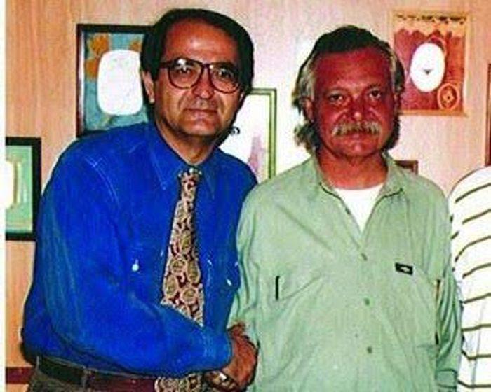 12- Gavur Mümin'in hatıra defteri ve fotoğraf albümünü Yaşar Aksoy'a teslim eden yeğeni, aynı ismi taşıyan merhum gazeteci Mümin Orhan Aksoy.