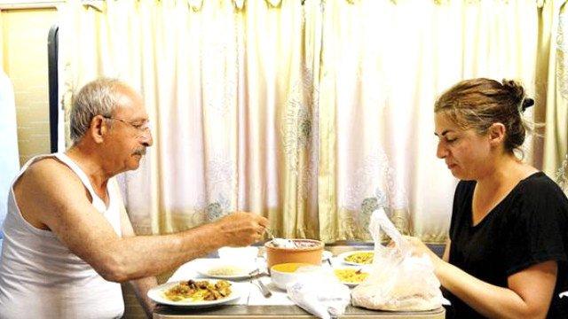 Kılıçdaroğlu'nun bu tarihi pozunu Hürriyet fotomuhabiri Selahattin Sönmez çekti.